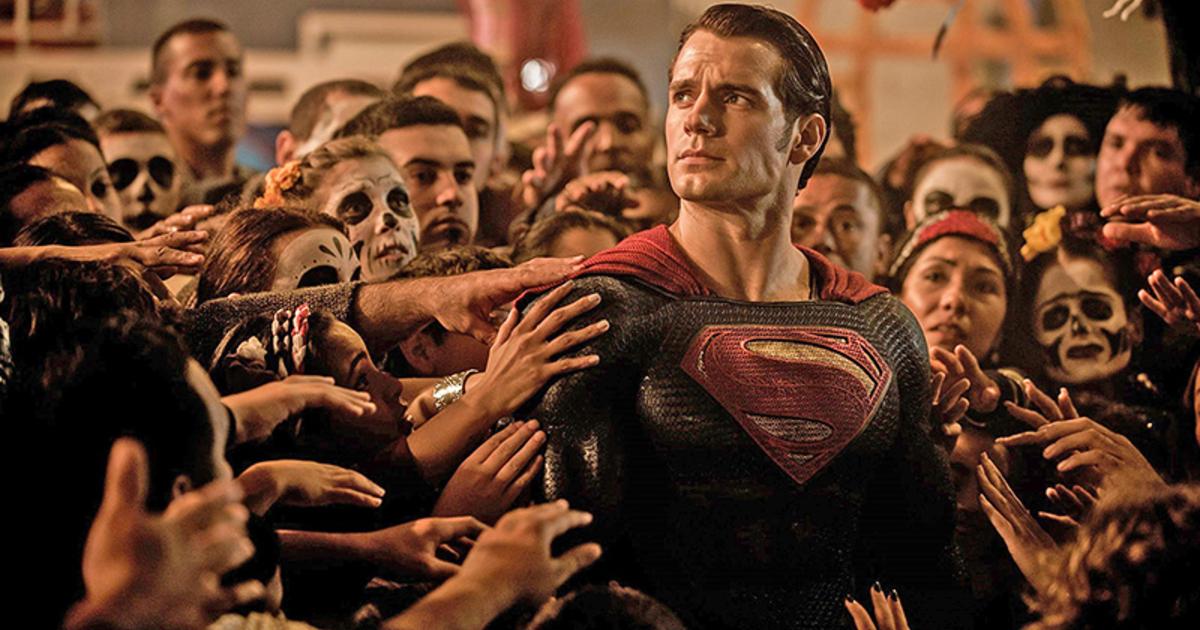 superman è circondato da una folla adorante - nerdface