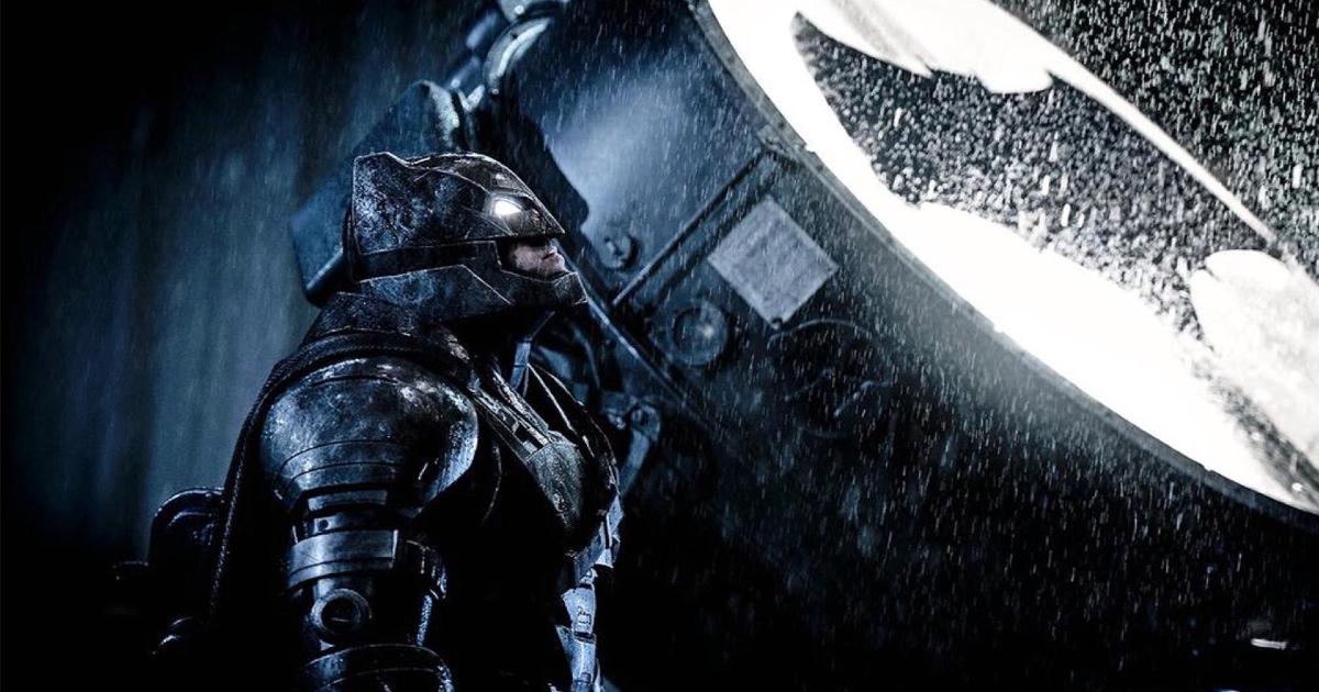 batman in armatura contro superman è abbanto al faro che lancia il bat-segnale - nerdface