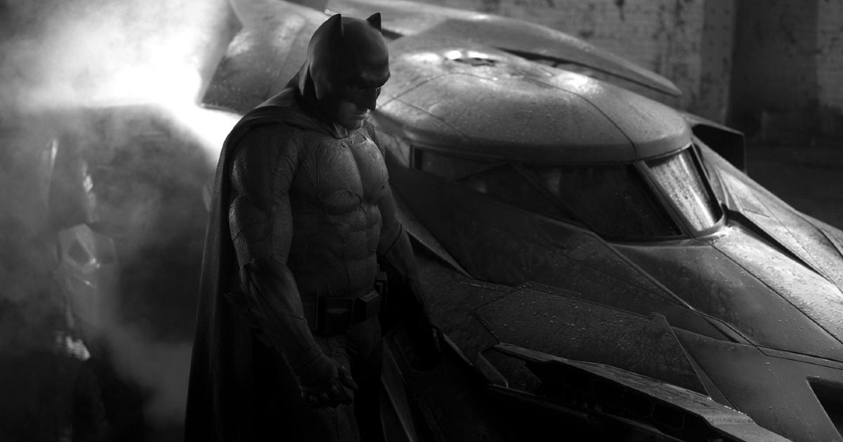 batman è accanto alla sua bat-mobile - nerdface