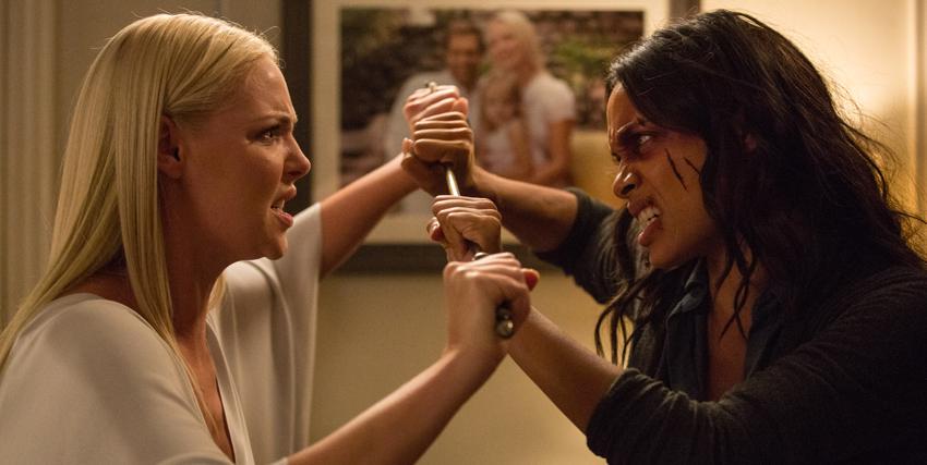 le due protagonista si affrontano digrignando i denti e tenendo in mano lo stesso bastone - nerdface