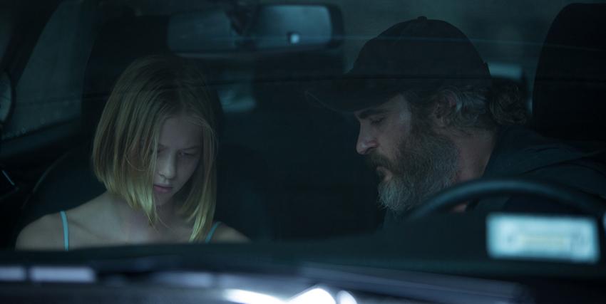 joaquin phoenix parla con una giovane ragazza, dentro una macchina - nerdface