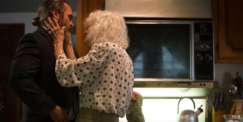 il protagonista è abbracciato dalla sua vecchia madre, di cui si prende cura - nerdface