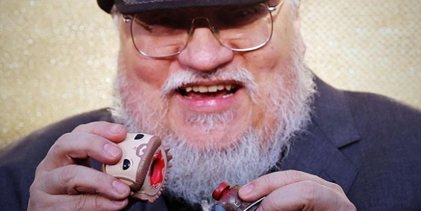 george r.r. martin ride mentre decapita il funko pop di ned stark - nerdface