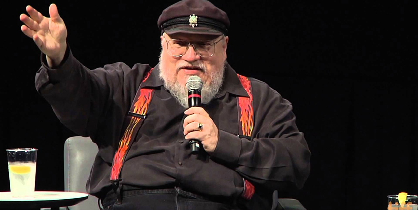 george r.r. martin parla al microfono a una conferenza - nerdface