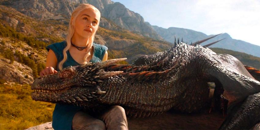 daenerys targaryen coccola il suo drago - nerdface