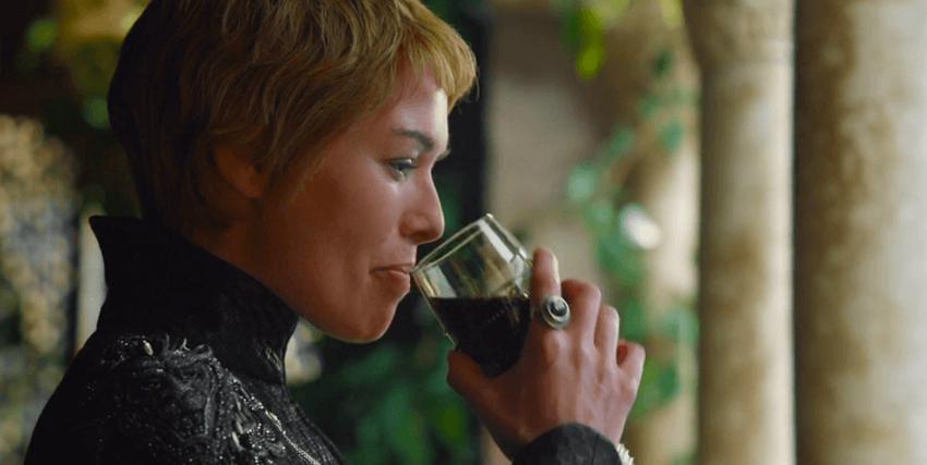 cersei lannister beve un calice di vino rosso - nerdface