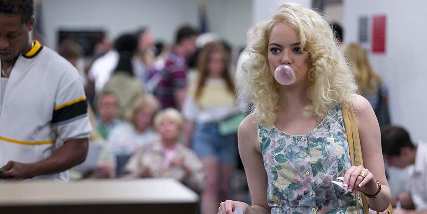 emma stone, biondissima e con un vestitino a fiori, fa esplodere un palloncino di chewing gum - nerdface