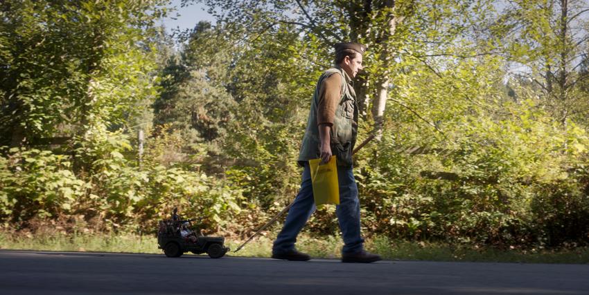 mark hogancamp porta in un un modello di jeep le sue bambole e lo trascina con un cordino lungo la strada - nerdface