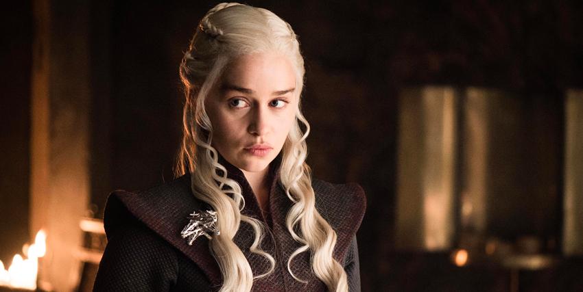 daenerys targaryen guarda con sospetto qualcuno - nerdface