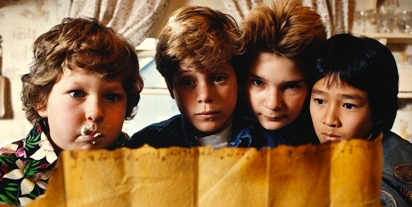 i goonies nella celebre foto in cui studiano la mappa di willy l'orbo - nerdface