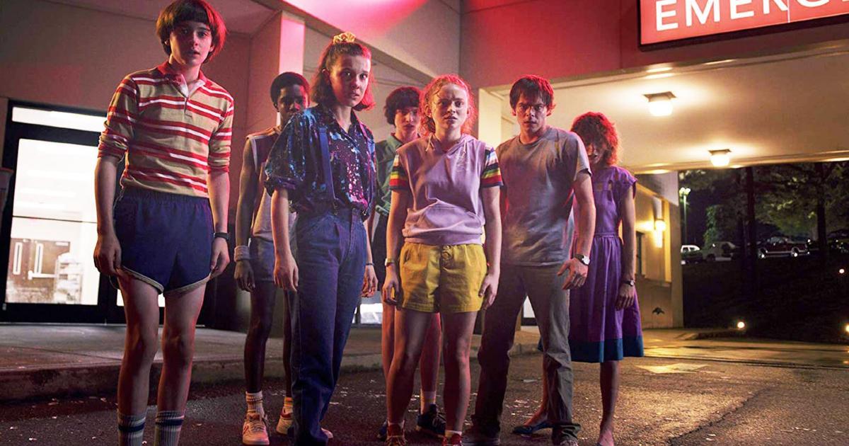 i ragazzi di stranger things sono in posa davanti il proibto soccorso di un ospedale - nerdface