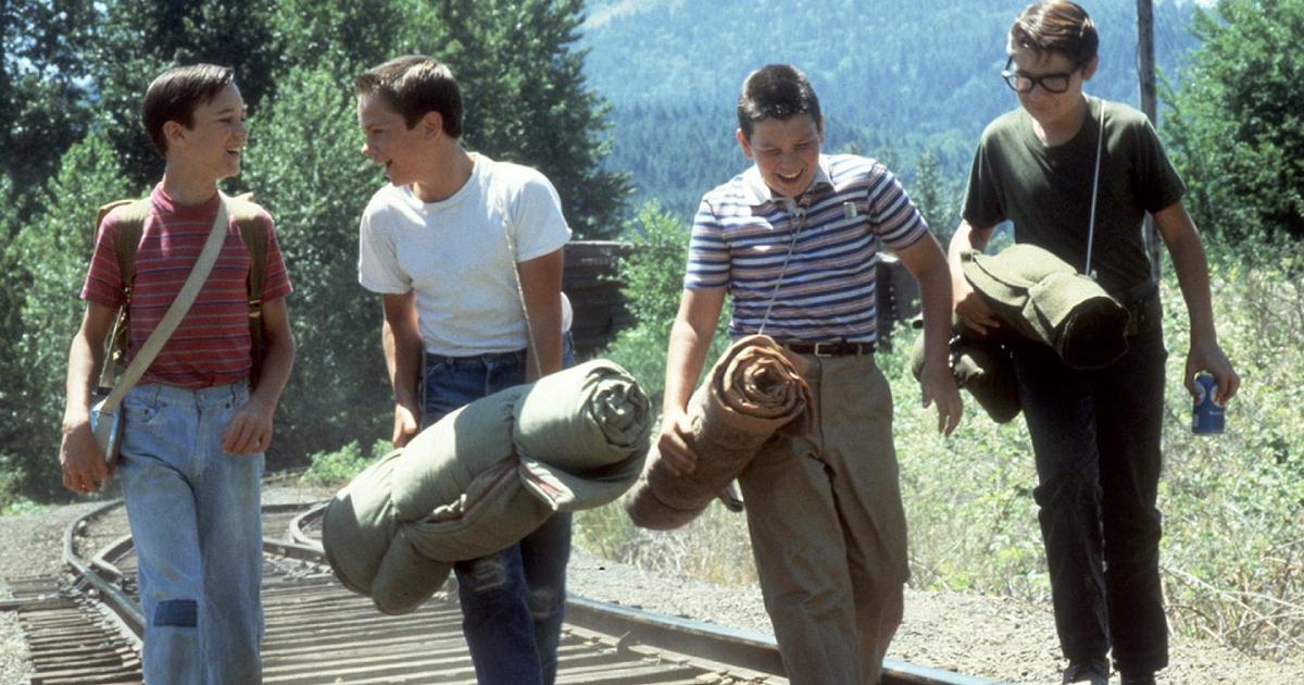 i quattro amici di stand by camminano sui binari e ridono - nerdface