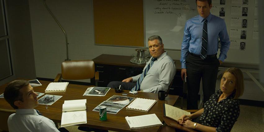 la squadra di mindhunter è in posa nell'ufficio in cui si svolge il suo lavoro - nerdface