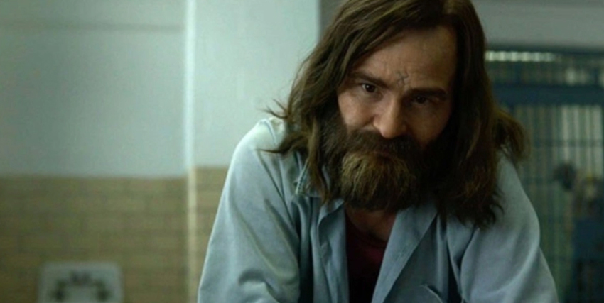 l'attore che interpreta charles manson è incredibilmente somigliante - nerdface