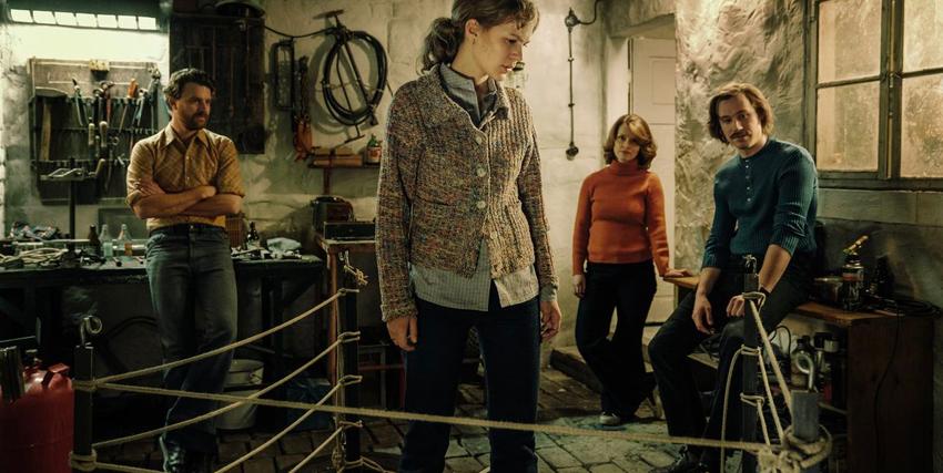 la famiglia è nello scantinato dove sta segretamente cucendo la mongolfiera coin cui fuggire dalla germania est - nerdface