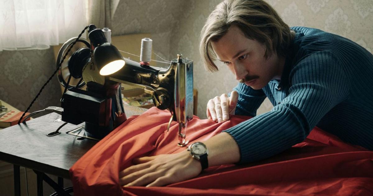il padre sta cucendo una parte della mongolfiera con una macchina da cucire - nerdface