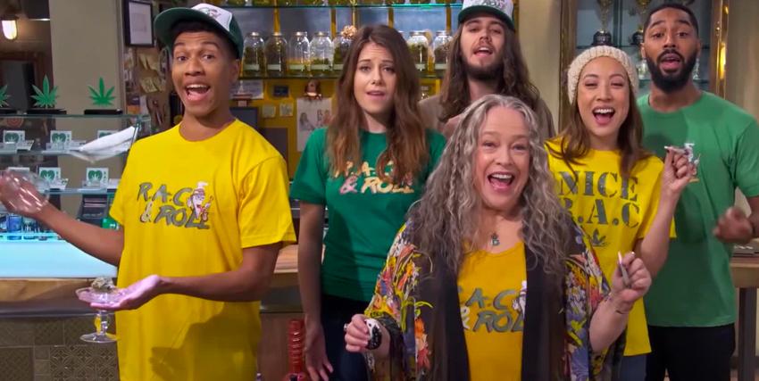 kathy bates indossa una maglia verde insieme ai suoi soci del negozio di marijuana - nerdface