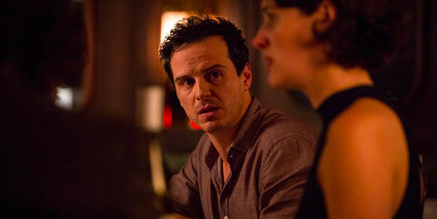 un uomo guarda flebag con espressione preoccupata mentre è seduto al bancone di un bar insieme a lei - nerdface