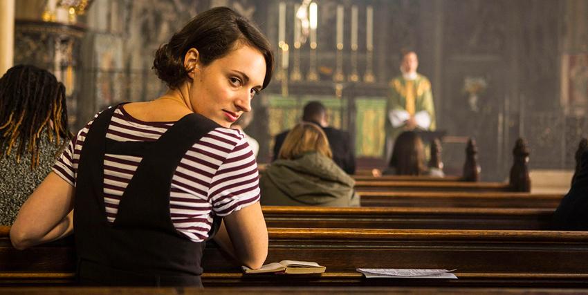 la protagonista fleabag è seduta in chiesa e guarda indietro verso la camera - nerdface