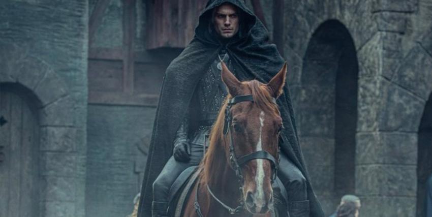 geraslt di rivia è a cavallo ed è incappucciato, appena entrato in un villaggio - nerdface