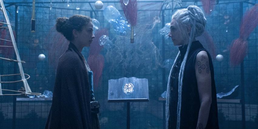 due streghe si osservano in una torre dalla luce blu in cui levitano delle meduse - nerdface