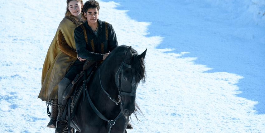 il giovane protagonista sta attraversando a cavallo una landa innevata insieme a una ragazza - nerdface