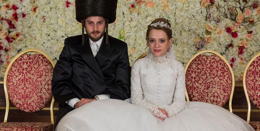 i giovani sposi sono seduti in posa in occasione del matrimonio - nerdface