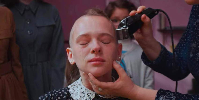 la giovane protagonista piange mentre qualcuno la sta rasando a zero - nerdface
