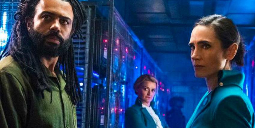 il protagonista proveniente dalla coda del treno e in una sala ad alta tecnologia davanti a jennifer lawrence - nerdface
