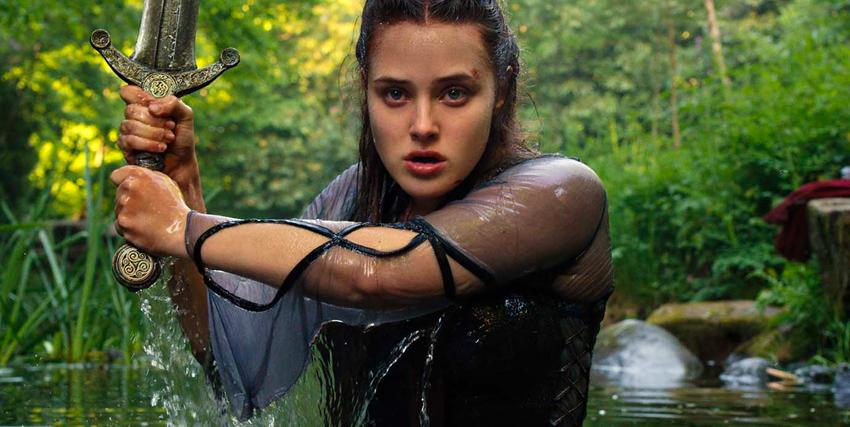 la protagonista di cursed sta guadando un corso d'acqua con grande attenzione e con la spada sguainata - nerdface
