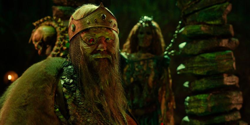un malvagio re dall'occhio rubino guarda alla sua destra - nerdface