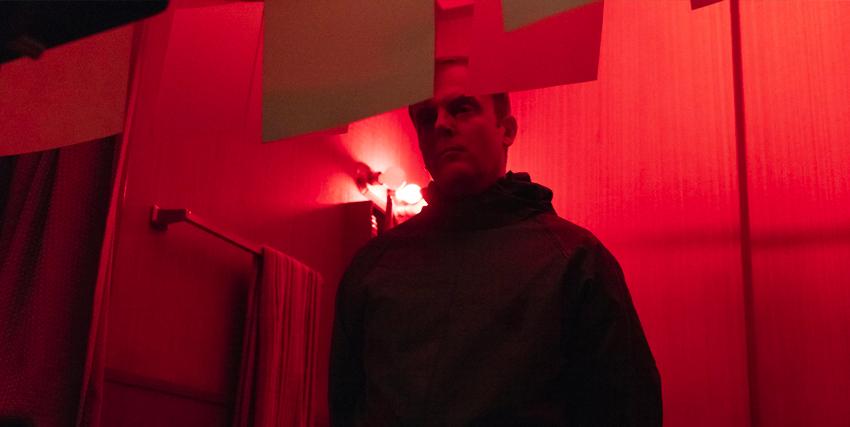 il nemico di jessica jones sta sviluppando alcune foto in una camera oscura - nerdface