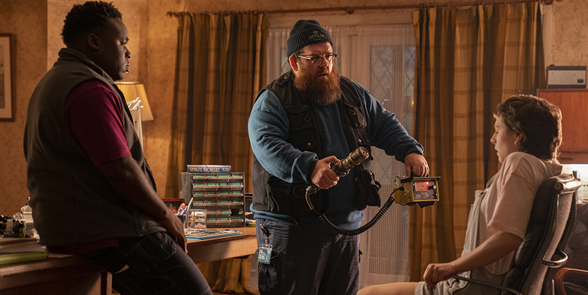 i truth seekers stanno esaminando un ragazzo seduto su una sedia con un macchinario che sembra un contatore giger - nerdface