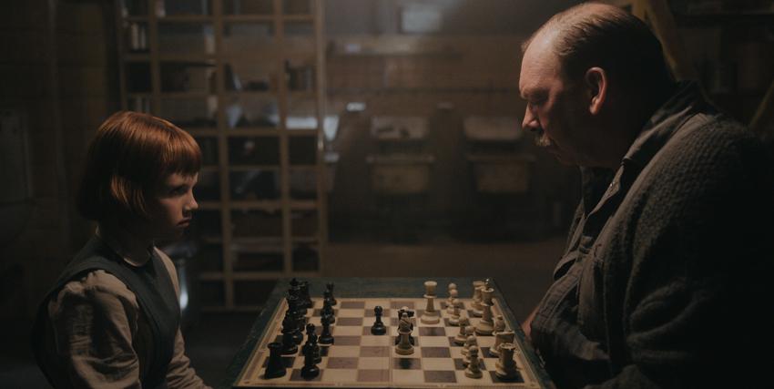 la protagonista è ancora una bambina e sta massacrando a scacchi l'anziano custode del collegio, in uno scantinato dsove si vedono di nascosto - nerdface