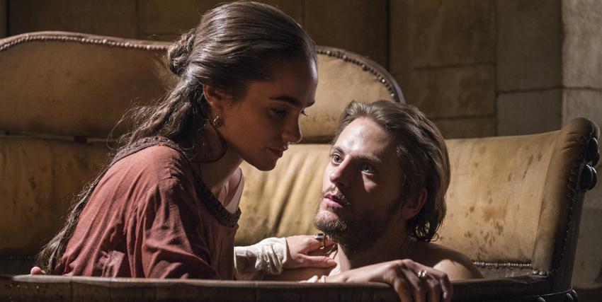 un lui e una lei sono su un divano: l'uomo fissa la donna, che pare distante - nerdface