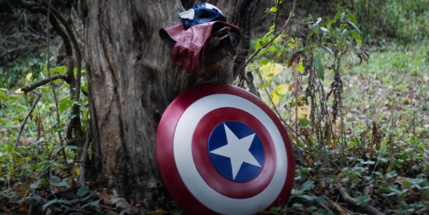 lo scudo e il costume da cosplayer di captain america sono poggiati su un albero - nerdface