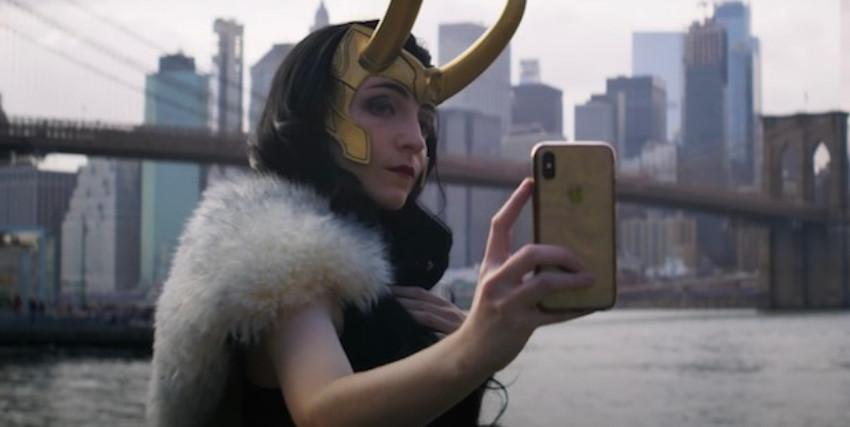 una cosplayer è lady loki e si fa un selfie con manhattan sullo sfondo - nerdface