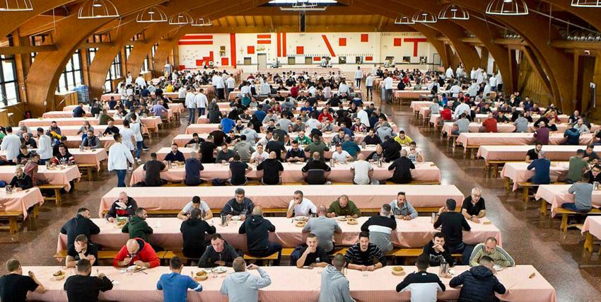 un'immagine ampia della mensa di san patrignano, con tutti i tavoli occupati dagli ospiti ordinatamente seduti - nerdface