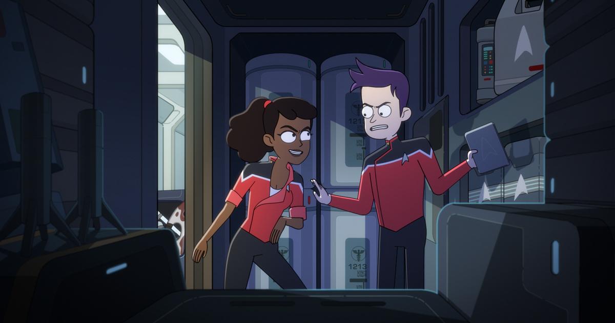 due dell'equipaggio della cerritos discutono in una sgabuzzino buio, mentre uno dei due ha in mano un volume - nerdface