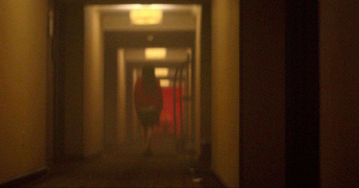 una figura in penombra sembra scomparire in un lungo corridoio del cecil hotel - nerdface