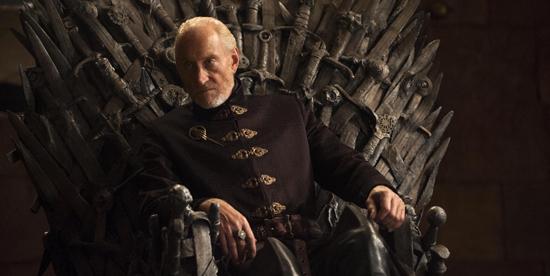 charles dance è seduto sul trono di spade in game of thrones - nerdface