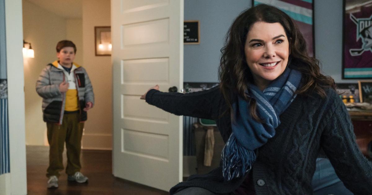 la mamma del piccolo protagonista lo indica mentre si affaccia alla porta di una stanza - nerdface