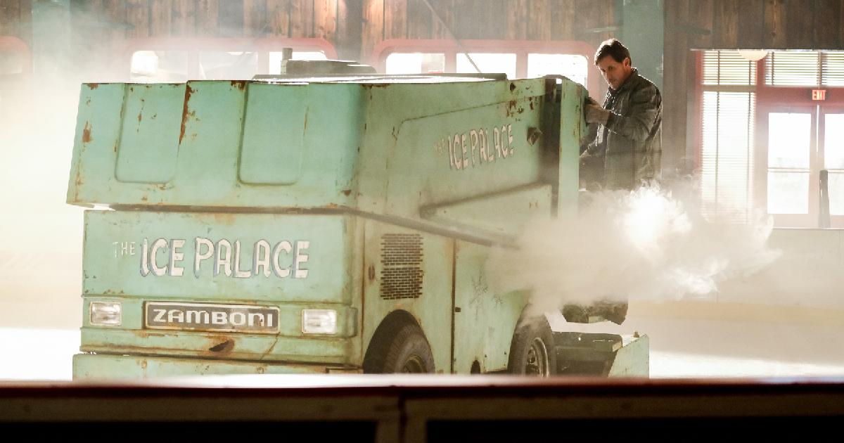 emilio estevez sta sistemando la pista di hockey su ghiaccio a bordo di una macchina del ghiaccio - nerdface