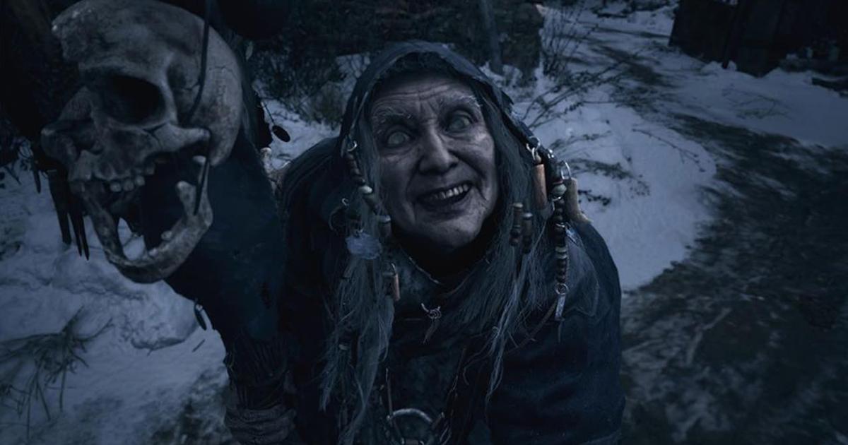Una vecchia con un teschio in mano in Residetn Evil Village - nerdface