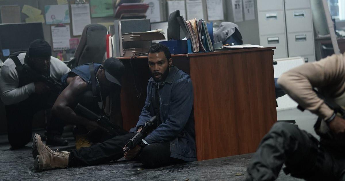 l'amico del protagonista si protegge dai colpi d'arma da fuoco dietro una scrivania - nerdface