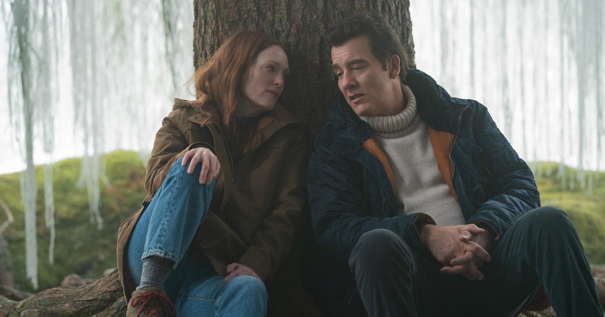 julianne moore e clive owen sono poggiati sul tronco di un salice piangente e parlano - nerdface