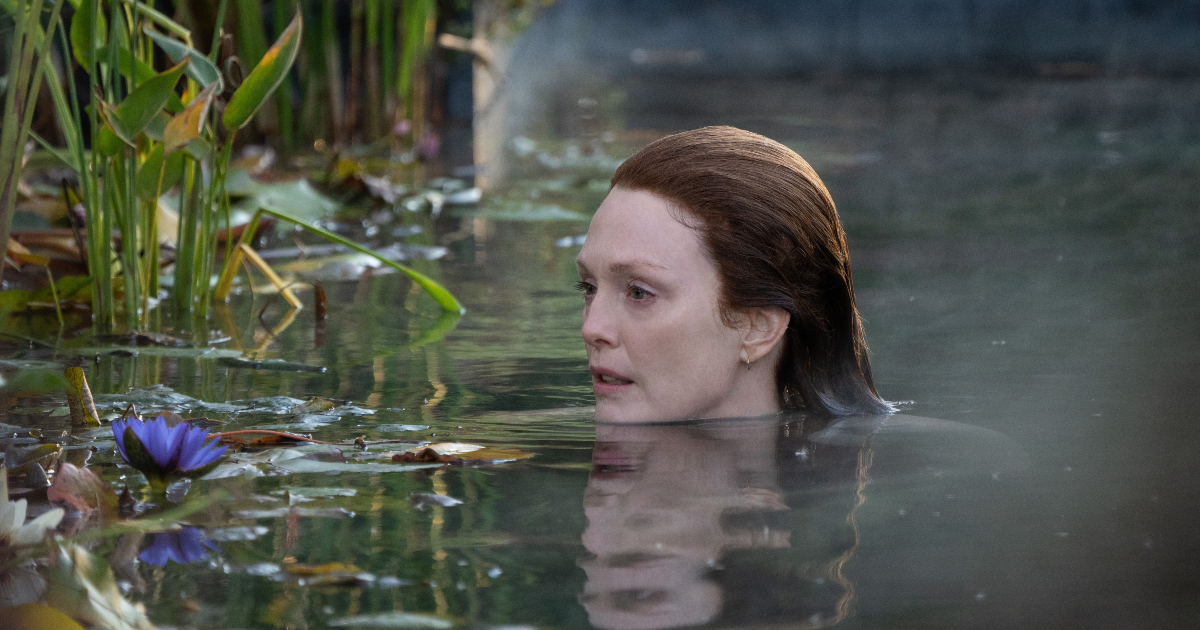 julianne moore nuota in un lago circondato da ninfee - nerdface