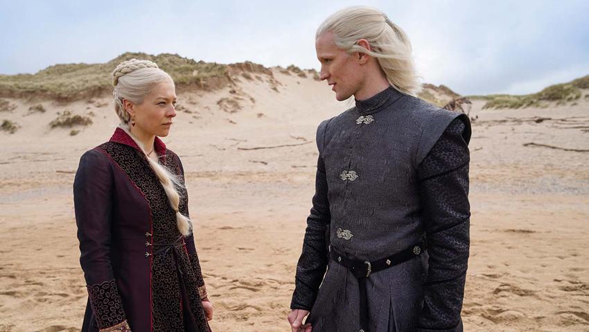 una scena di House of the Dragon. un ragazzo e una ragazza con i capelli bianchi in una zona desertica.