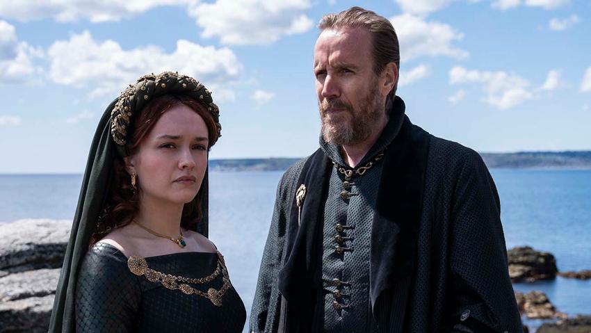 una sca di House of the Dragon con un personaggio femminile e uno maschile. In riva al mare.