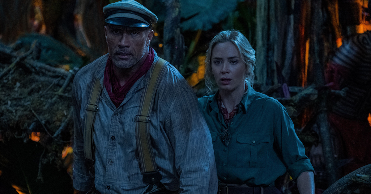 The Rock e Emily Blunt con espressioni sorprese in una scena del film.